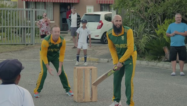 Hashim Amla and ABD playing cricket with kids