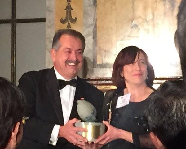Andrew Liveris Receiving ICIS Kavaler Award