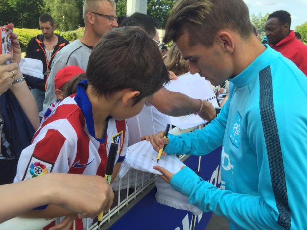 Antoine Griezmann signing his autograph to kids