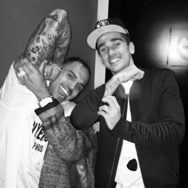 Antoine Griezmann and Chris Brown showing their tattoos
