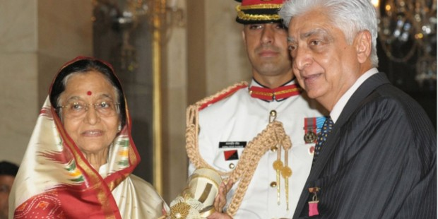 Azim Premji receiving Indian Civilian Honor Padama Vibhushan From President Pratibha Patil