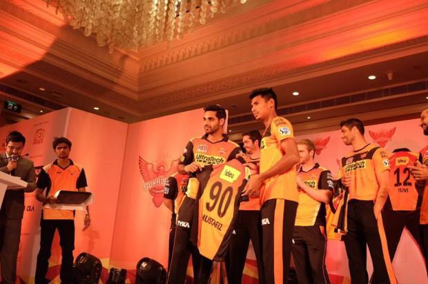 Bhuvneshwar presented the SRH Jersey for Mustafizzur for his ipl debut