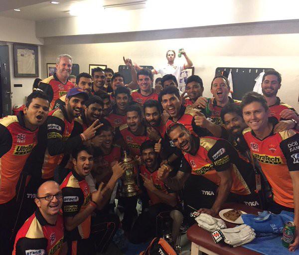 SRH team with IPL trophy