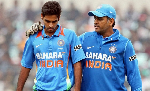 MS Dhoni having a little chat with Bhuvi during a match