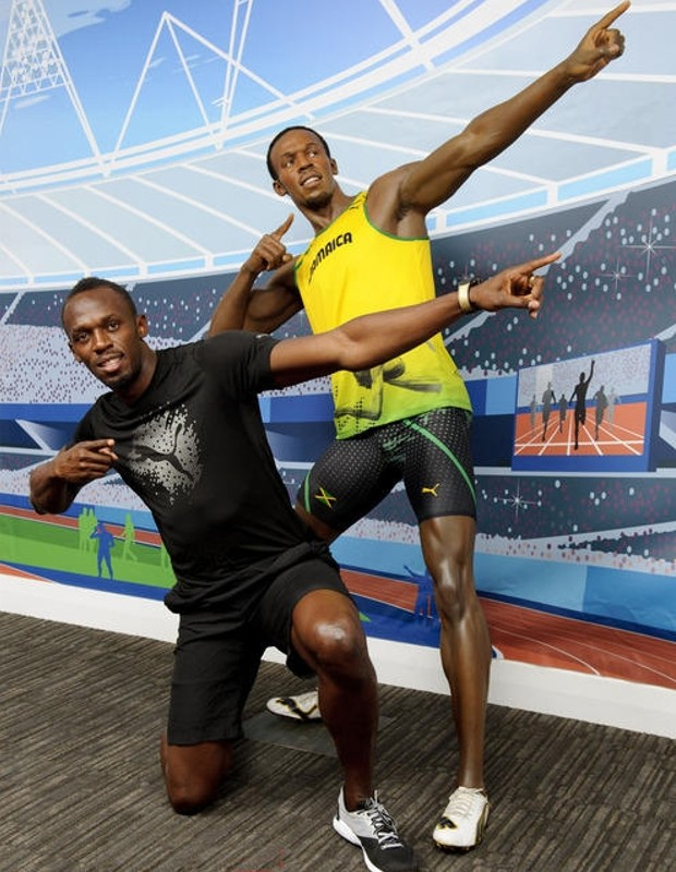 Bolt Meets Bolt : Usain Bolt Poses with His Wax Statue