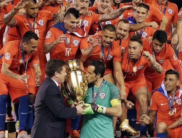 Claudio Bravo kissing Copa America Cup