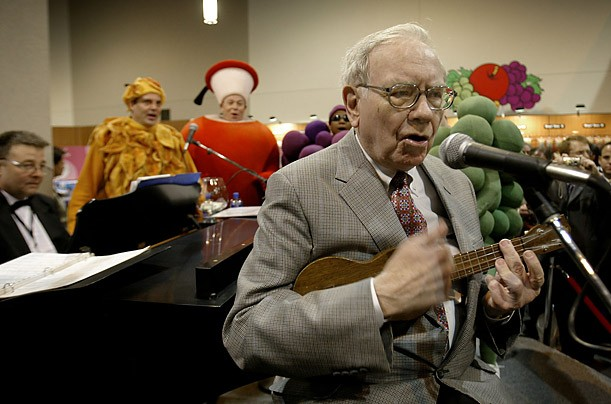 Buffett performs for a crowd of Berkshire shareholders at the Fruit of the Loom exhibit