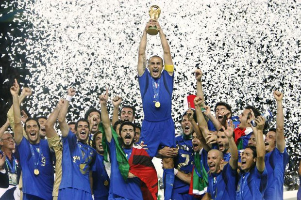 Del Piero celebrating world cup victory with teammates