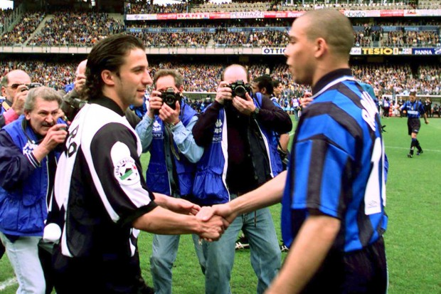 Del Piero shaking hands with Ronaldo