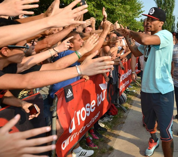 Derrick Rose greeting His European Fans