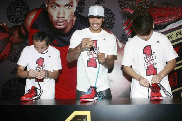 Derrick Rose Arranging Shoe Lace with Fans