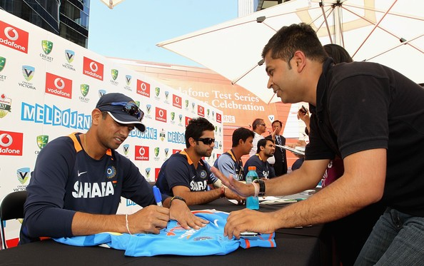 Dravid Signing Autographs to His Fans in Melbourne