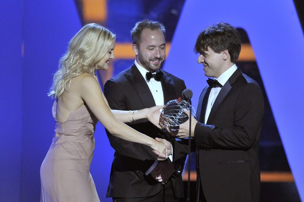 Kate and Drew Houston presenting Breakthrough prize to D. H. Chen