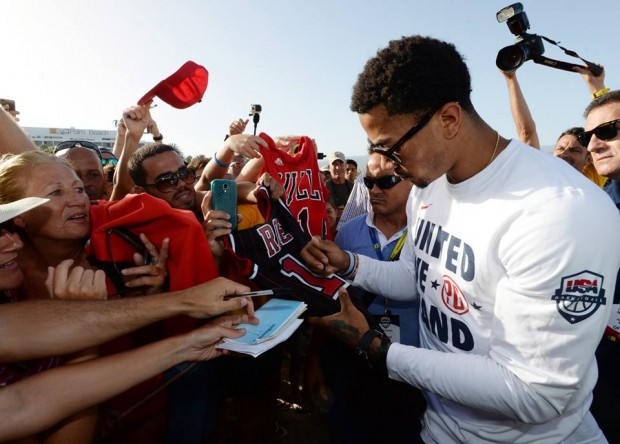 Derrick Rose Signing to His Fans