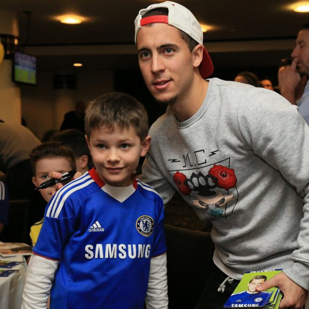 A kid fan posing with Eden Hazard