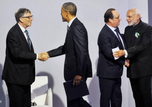 Barack Obama shaking hands with Bill Gates