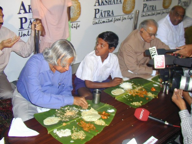 Abdul Kalam eating along with a student