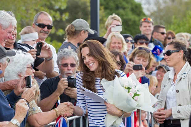 Kate Middleton greets the fans came to see her