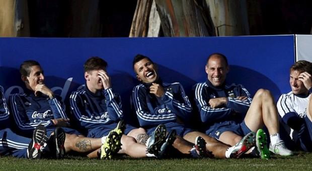 Kun Aguero having funny conversation with teammates