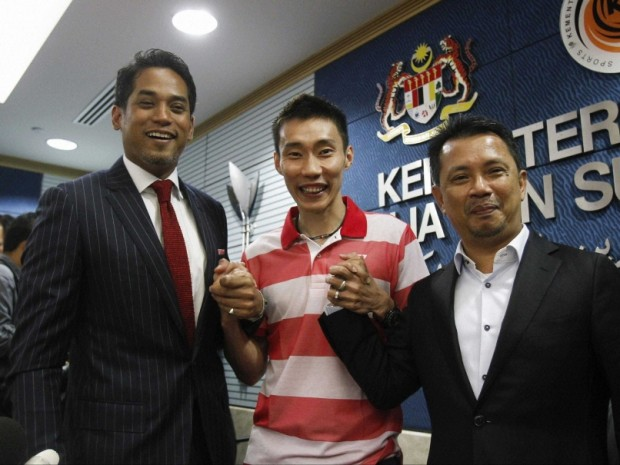 Lee Chong with Malaysian Youth and Sports Minister Khairy Jamaluddin and Malaysian Badminton Association Vice-President Norza