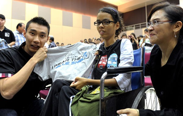 Lee Chong Wei Presenting T-Shirt to Student of KDU
