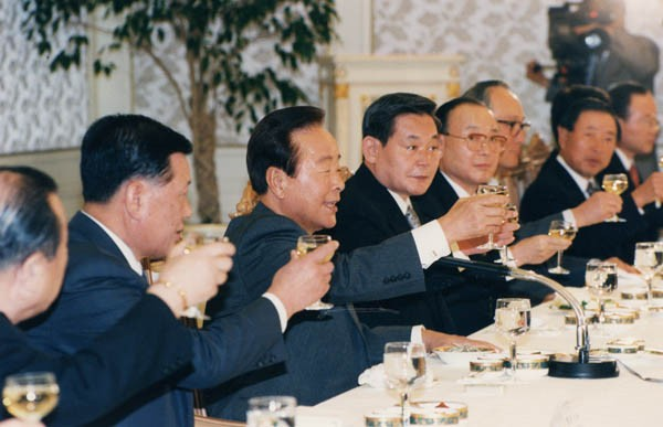 Late President Kim Young-sam with Lee during a dinner
