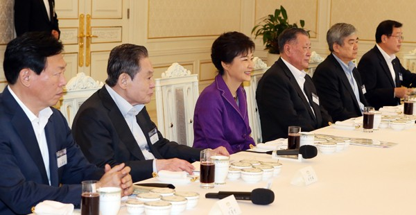 Lee Kun-Hee with President Park Geun-hye and other business tycoons