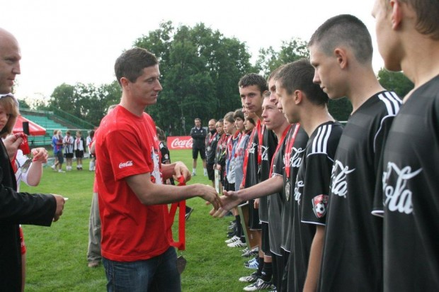 Lewandowski giving medals to Coca Cola Cup players