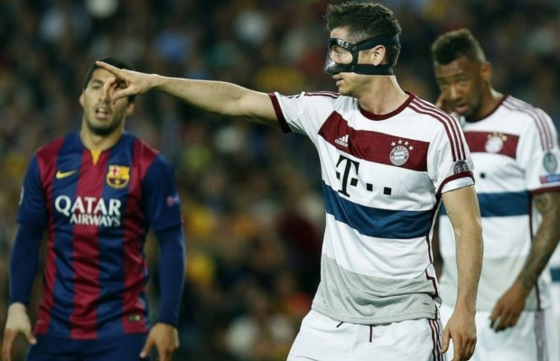 Robert Lewandowski playing with mask against Barcelona