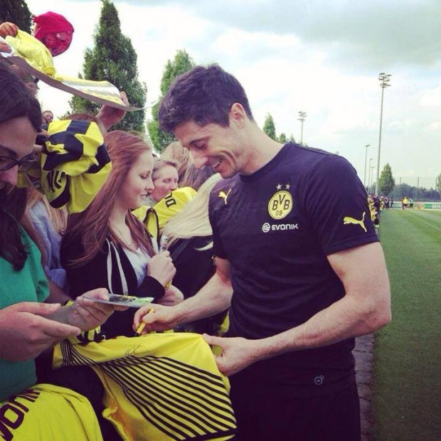 Lewy signing autographs to fans