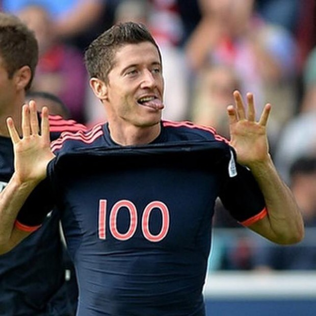 Lewy after scoring his 100th Goal in Bundesliga