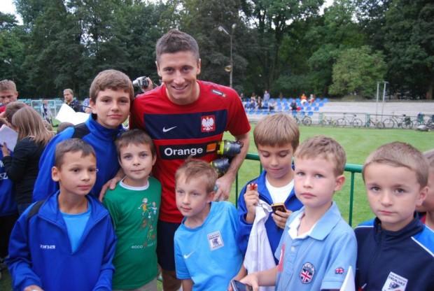 Lewandowski with kid fans