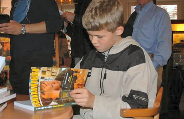 Magnus Carlsen signing on Wonderboy Book