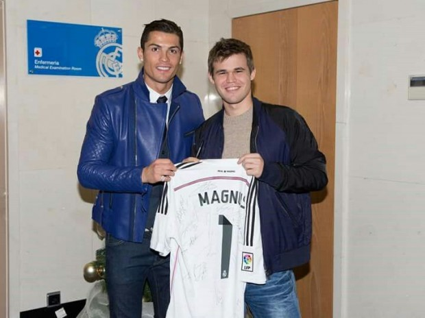 Cristiano Ronaldo giving Real Madrid's Jersey to Magnus Carlsen