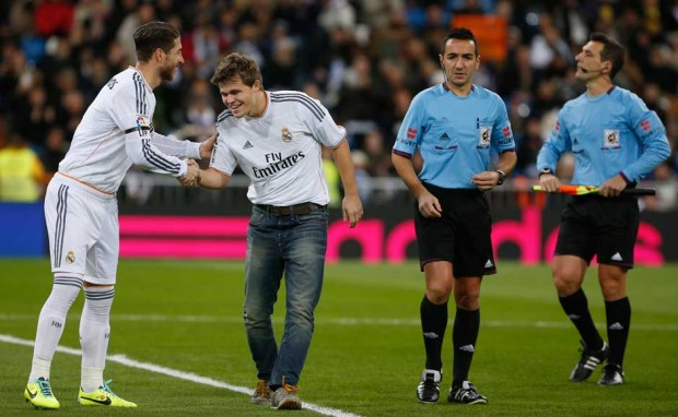 Magnus Carlsen shakes hands with Real Madrid's Sergio Ramos