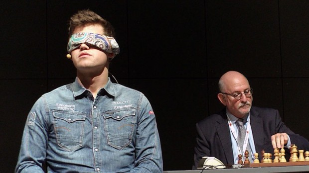 Carlsen playing chess game as blindfolded