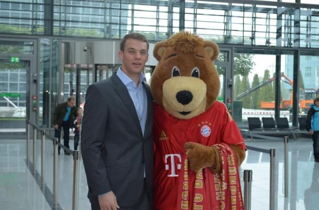 Manu with Bayern mascot Berni