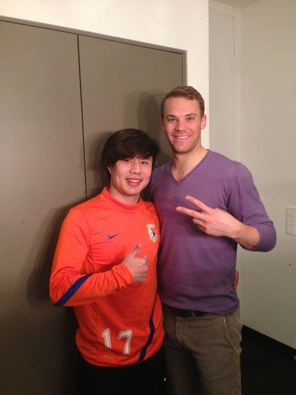 Manuel Neuer with Chinese National team player Junmin Hao