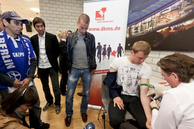 Manuel Neuer donating his blood