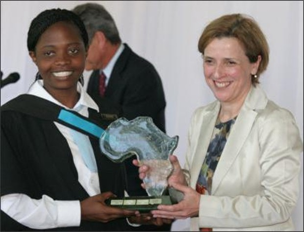 Maria Ramos handing the 2009 Absa Award for Top Student to Ms Tendai Bango from Zimbabwe