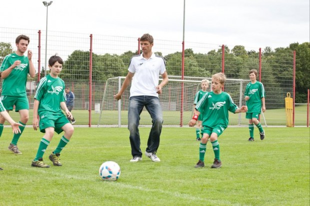 Thomas Muller playing with kids