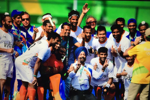 Leadnder Paes with Indian Hockey team in Rio Olympics