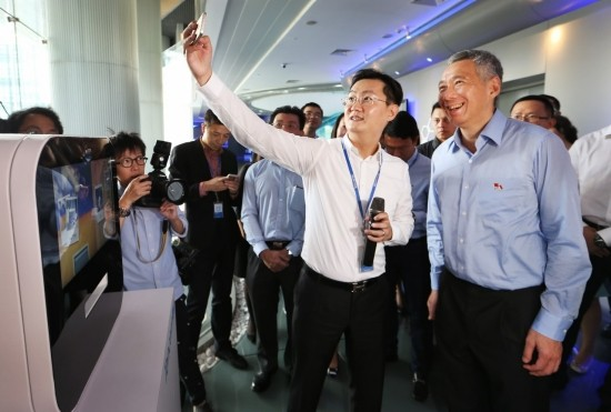 Prime Minister Lee Hsien Loong taking a selfie with Tencent Founder and CEO Pony Ma
