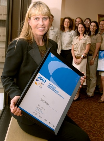 Terri irwin with 2007 Telstra Queensland Business Woman of the Year Momento