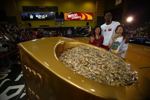 Kobe with His Fans in Hongkong