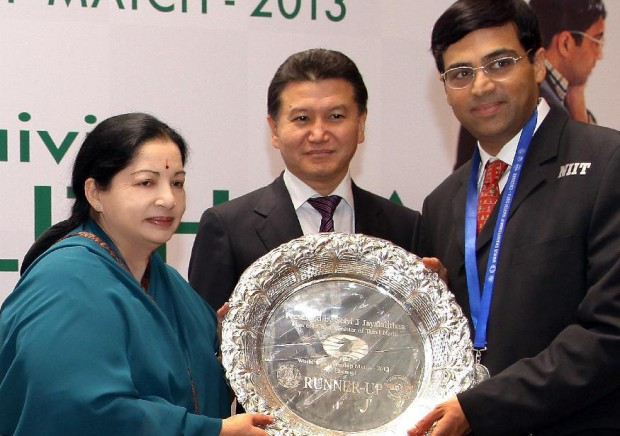 Viswanathan Anand  Receiving a Trophy From Tamil Nadu State Chief Minister Jayalalitha