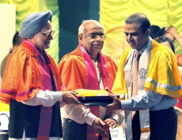 Sunil Mittal Receiving  Degree of Doctor of Science (Honoris Causa) From  Former Indian PM Manmohan Singh