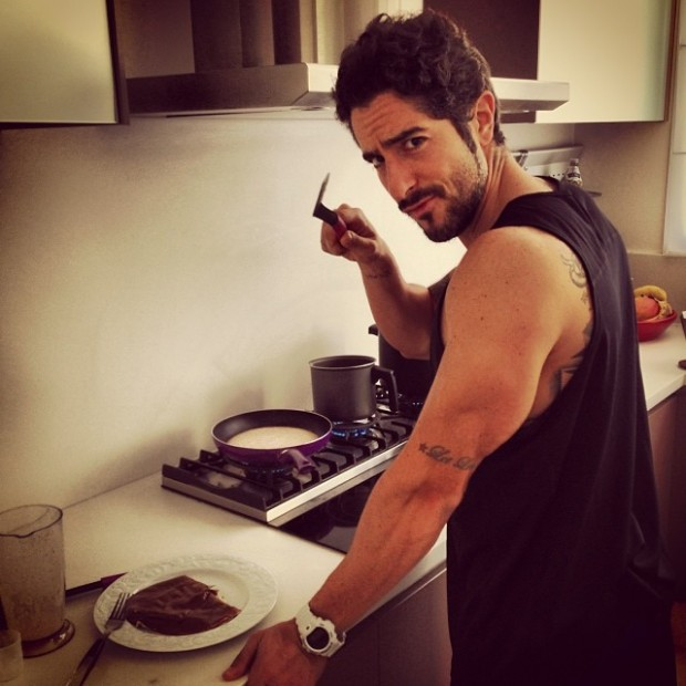 Marcos Mion cooking