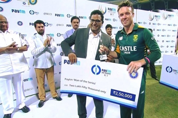 ABD with Man of the Series Shield and Cheque of Paytm Series against India
