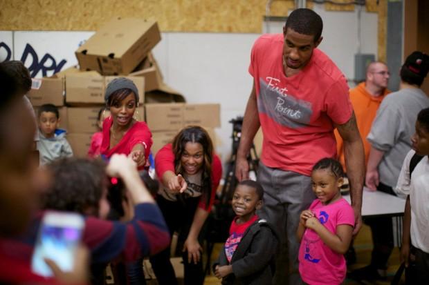 LaMarcus Aldridge donates meals to Families at the Portland
